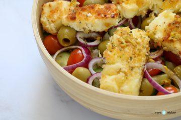Griekse salade met gepaneerde feta